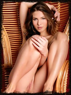 Chiara has long legs and big hot lips, she has gorgeous hair and a bottom she likes to stick out and show off.